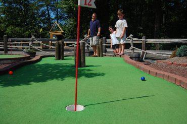 Amusement park mini golf